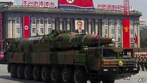 Специалисты считают, что на параде в Пхеньяне продемонстрировали новую баллистическую ракету среднего радиуса действия