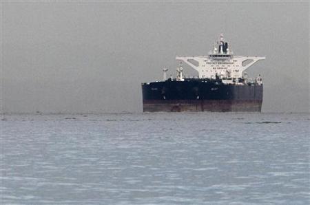 Супертанкер Delvar, перевозящий иранскую нефть под мальтийским флагом, на якоре в Сингапуре 1 марта 2012. Фото: REUTERS / Tim Chong