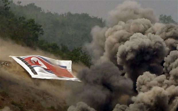 В то время как ракеты на самом деле не поразили флаг, применение его в военных учениях было расценено как провокация со стороны Пхеньяна. Фото: AP