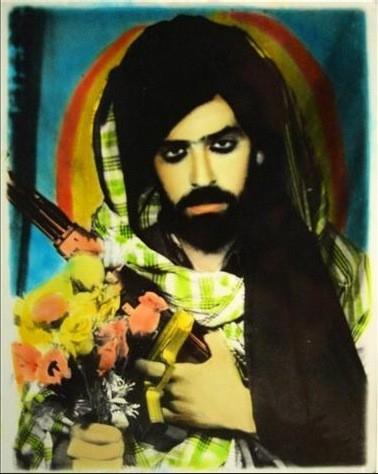 На фото представитель движения Талибан. Фото сделано в Кандагаре в 2001 году. Взято здесь: http://clone-me.livejournal.com/269862.html#cutid1