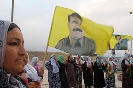 Курды в Qamishli, Сирия, призывают Турцию освободить лидера повстанцев Абдуллу Оджалана.