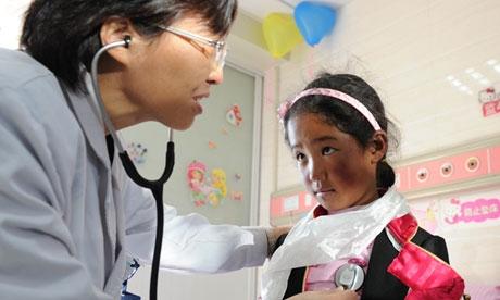 Sonam Qoezom проходит лечение в Хефей, Аньхой, поскольку дети в сельских ра