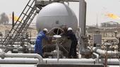 Рабочие на месторождении Румейла в провинции Басра. (Reuters)
