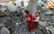 Две палестинские девочки среди обломков разрушенного дома после израильского авиаудара в Бейт-Лахия в северной части сектора Газа (EPA)