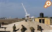 """Израильские солдаты смотрят, как """"Железный купол"""" запускает ракеты-перехватчики вблизи южного города Ашдод (Reuters)"""