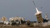 16 ноября 2012: израильская установка Железный купол запускает ракеты-перехватчики в южном городе Ашдод  (Reuters.)