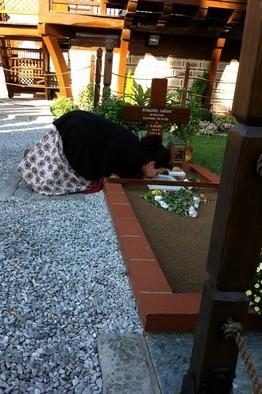 Женщины молятся на могиле старца в Souroti