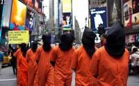 Активисты, одетые как заключенные, требуют закрытия Гуантанамо на Таймс-Сквер, в Нью-Йорке Фото: Reuters