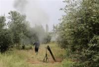 Боевики ССА с миномётом замечены возле Хирбет Газалех, Дараа, 3 мая, 2013 года. Фото сделано 3 мая 2013.  Фото: Reuters / Таир Абдаллах