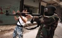 """Участница батальона """"Мать Аиша"""" учится держать винтовку во время военной подготовки в районе Алеппо Salaheddine. Фото: Reuters"""