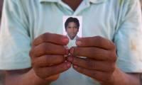 Господин Тилак Бишвакарма держит фотографию своего сына, Гэнеша, 16 лет, умершего в Катаре от остановки сердца, спустя шесть недель после отъезда из Непала. Фотография: Питер Паттиссон/guardian.co.uk