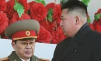 Северокорейский лидер Ким Чен Ын (справа) с дядей Чанг Сонг Теэком во время военного парада в 2012 году