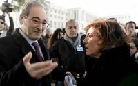 Фейсал аль-Мокдад, заместитель министра иностранных дел Сирии, говорит со старшим советником президента Бутаиной Шаабан