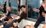 Граждане Южной Кореи прощаются со своими северокорейскими родственниками перед тем, как покинуть КНДР после организованной встречи по воссоединению семей в 2003 году