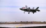 F-35B Lightning II Joint Strike Fighter готовится совершить вертикальную посадку на Авиационной станции морской пехоты в Юма, Аризона.
