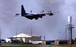 Американский транспортный самолет Hurricane  взлетает с базы RAF Mildenhall, Саффолк, Англия, 15 сентября 2001 года.