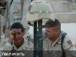 Солдат оплакивает потерю одного из своих сослуживцев. К сожалению, это реальность военной службы.