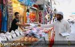 Член ISIS (справа) раздает листовки о посте перед священным для мусульман месяцем Рамадан в Мосуле, Ирак.