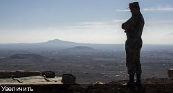 Солдат Сирийской арабской армии на посту наблюдения у деревни Аль-Ком в сирийской провинции Кунейтра
