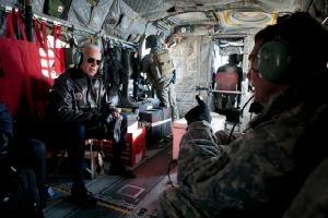 Вице-президент Джо Байден (слева) беседует с генералом Дэвидом Петреусом (справа), тогдашним командующим ISAF и силами США в Афганистане, на борту вертолета Chinook над Кабулом, Афганистан, 11 января 2011 г.