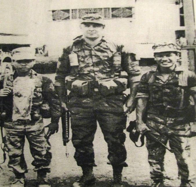 Офицер ЦРУ Том Пул с двумя солдатами-хмонгами, которые прошли подготовку в составе тайной армии ЦРУ.