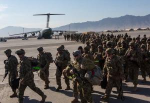 Американские солдаты на авиабазе Баграм в Афганистане.