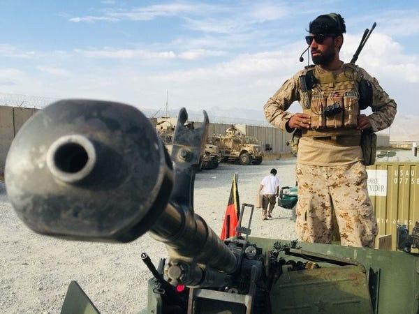 Солдат Афганской национальной армии стоит на страже в Баграме после ухода американских войск
