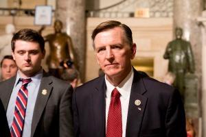 Член палаты представителей Пол Госар (штат Аризона) в Скульптурном зале здания Капитолия по пути к посещению Государственного собрания в Вашингтоне 30 января 2018 г.